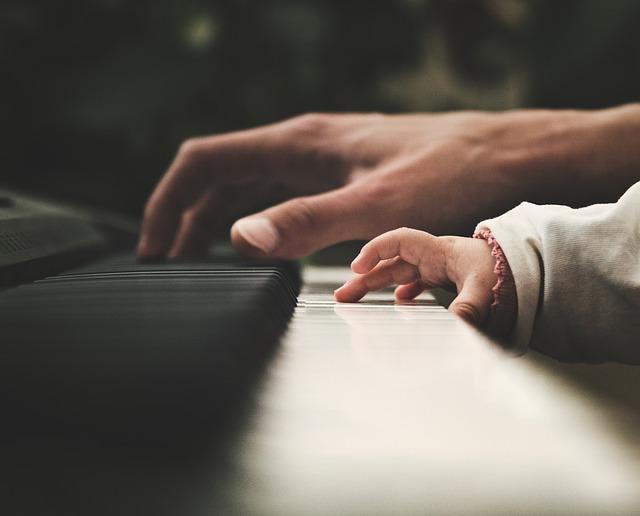 ピアノ片手