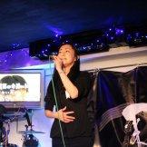 BMSライブカラオケパーティー-歌う女性