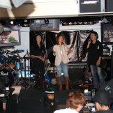 BMSライブカラオケパーティー-ステージで歌う女性