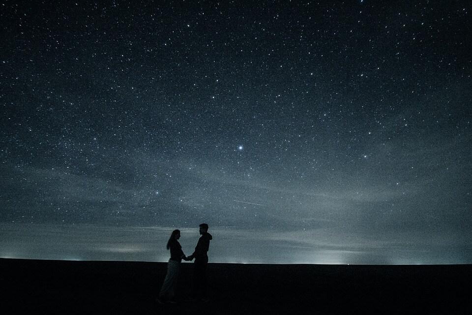 星空とカップル