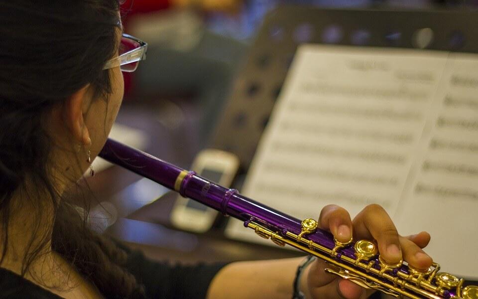 フルートを吹く女性